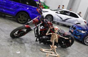 Скелет-байкер на Московском тюнинг-шоу 2016