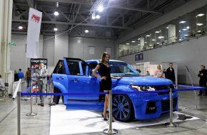 Владелец этого Range Rover Vogue решил, что лучше всего его автомобиль будет выглядеть, если сделать его ярко-синим. Причем не только снаружи, но и внутри. Хозяин-барин, как говорится.