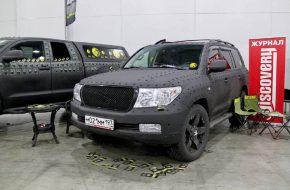 По-своему новый вид тюнинга — декоративные заклепки, сочетающиеся с полным полимерным покрытием кузова. На таком крупном внедорожнике, как Toyota Land Cruiser, выглядит несколько вызывающе, но… можно пойти еще дальше и украсить машину чешуей, как у рептилии. Вот это уж точно перебор.
