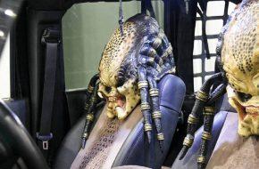 Владелец этого тюнингового Jeep Wrangler решил напугать землян инопланетным охотником из фильма Predator («Хищник»). А чтобы усилить эффект, посадил в машину не одного, а двух хищников.
