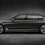 Купить BMW M760Li xDrive в России можно за 9 890 000 рублей