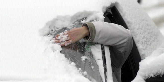 Как убрать снег с машины за 30 секунд (видео)