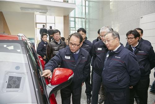 """SsangYong представит технологию """"сенсорных стёкол"""" уже в 2017"""