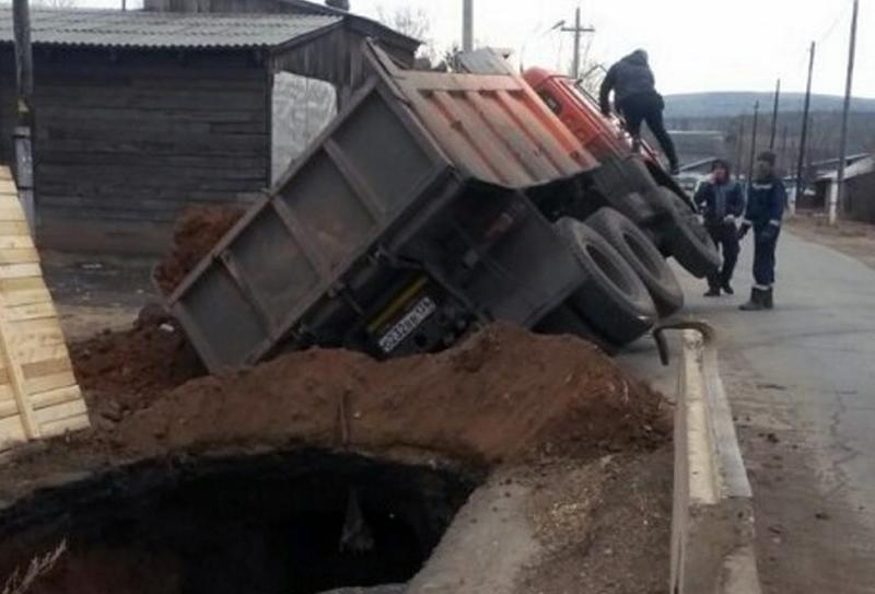 Иркутская яма против КамАЗа. Фото и видео дня