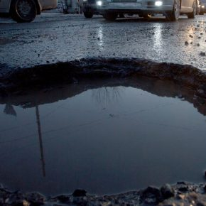 Яма на дороге: как возместить ущерб?
