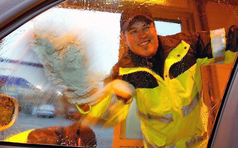 Мыть машину на даче или во дворе: чем это грозит?