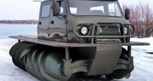 """""""Завод вездеходных машин"""" запустит серийное производство модели ЗВМ-2901. Автомобиль высокой проходимости – или шнекоход – был разработан советскими инженерами. Он предназначается для передвижения по любым болотам, снежной целине, а также на плаву и в перенасыщенных влагой грунтах. Предполагается, что ЗВМ-2901 будет использоваться в аварийно-спасательных операциях, а также при мелиоративных, строительных и других работах. Машина может быть оборудована грунтовым насосом, манипулятором либо экскаватором. Согласно информации """"Завода вездеходных машин"""", стандартно ЗВМ-2901 оснащен двухместной кабиной, подогревателем двигателя, валом отбора мощности (100% от мощности ДВС) для привода технологического оборудования и водооткачивающим насосом. В длину транспортное средство достигает 5,5 метра, в ширину – 2,8 метра, а высота по багажнику ровна 2,5 метрам. Дорожный просвет составляет 250 миллиметров. В состав силовой установки входит дизельный двигатель мощностью 134 л.с.. С таким мотором он может развивать скорость до 25 км/ч по льду и до 10 км/ч по воде."""