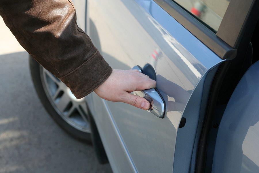 Почему опасно сильно хлопать дверью машины
