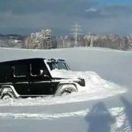 Как засадить в снег самый проходимый «Гелик»? Видео дня