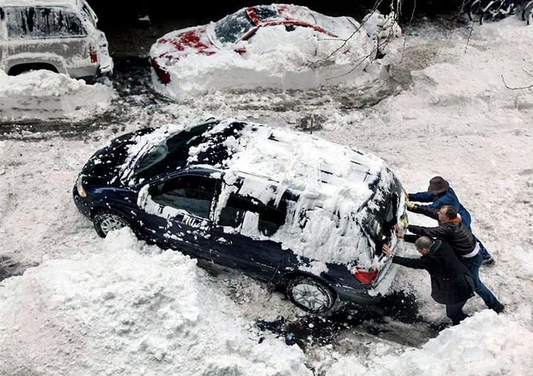 Как вызволить авто из снежного плена без лопаты?