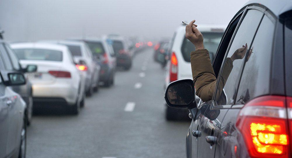 Медведев запретил выбрасывать окурки из окон автомобилей