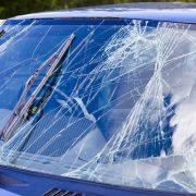 Трещина на лобовом стекле: можно ли ездить?