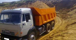 Водитель КАМАЗа опрокинул кузов песка на автомобиль ДПС. Видео дня