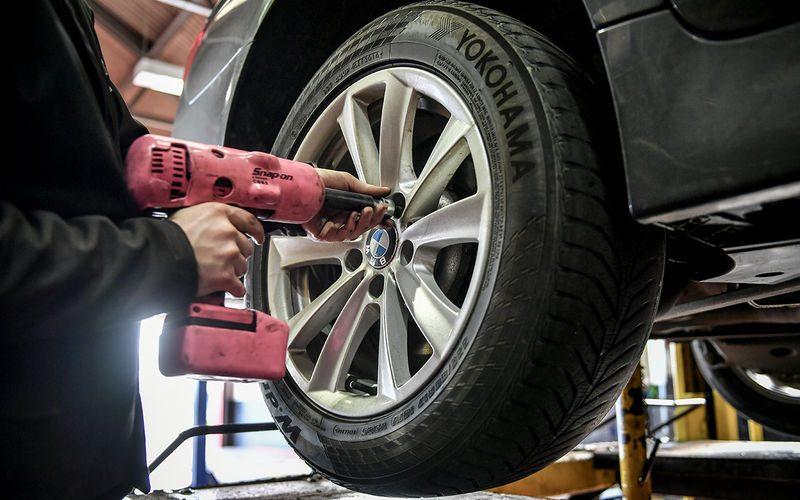 Нужно ли менять передние и задние колеса местами?