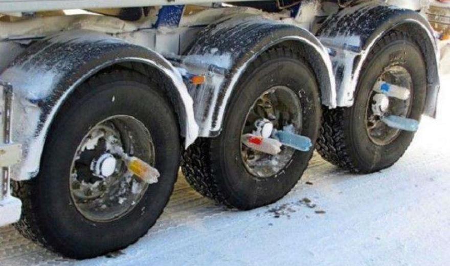 Почему водители фур в Сибири вставляют в колеса прицепа бутылки