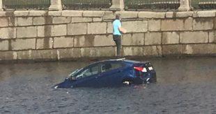 Вежливый водитель был наказан за соблюдение ПДД - авто утонуло!