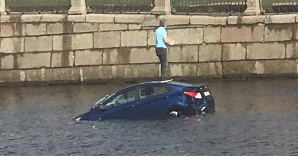 оВежливый водитель был наказан за соблюдение ПДД - авто утонуло! Видео
