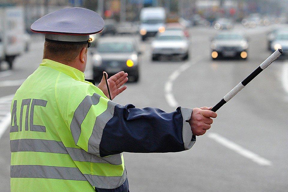 Инспектор остановил автомобиль и не подходит: что делать?