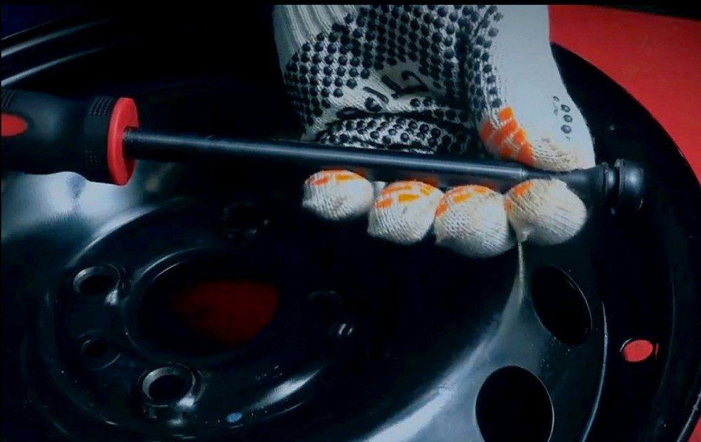 Как поменять вентиль, не снимая шину?