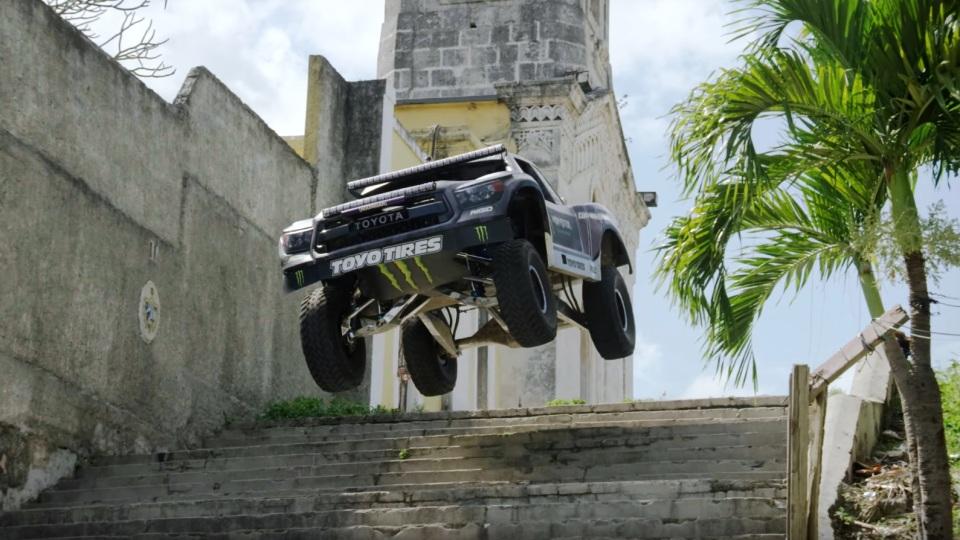 850-сильный трофи-трак и паркур на нем по Гаване