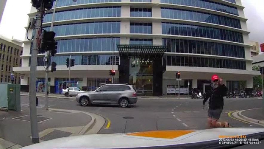 Раздражительный пешеход и мгновенная карма. Видео дня